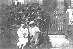 Reginald's cousin Florence Peters and her husband Henry King. Their daughter Nancy Alma King in background © Susan King (Daughter of Alma)
